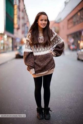 Si eres el tipo de chica de jeans y camiseta, te va a gustar la combinación de un jersey oversized de grecas alpinos marrón y unos leggings negros. Botas planas con cordones de cuero negras proporcionarán una estética clásica al conjunto.