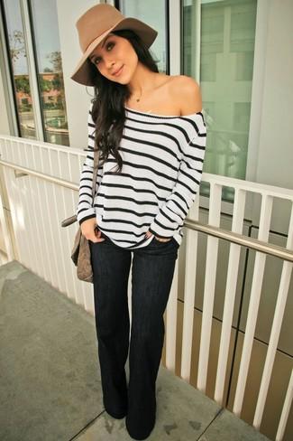 Un jersey oversized de rayas horizontales en blanco y negro y unos vaqueros de campana negros de mujeres de Rag & Bone son prendas que debes tener en tu armario.