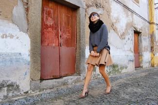 Si eres el tipo de chica de jeans y camiseta, te va a gustar la combinación de un jersey oversized de punto gris oscuro y una falda skater marrón claro. Zapatos de tacón de ante de leopardo marrónes proporcionarán una estética clásica al conjunto.