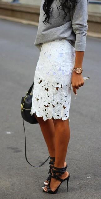 Cómo combinar: jersey oversized gris, falda lápiz de encaje blanca, sandalias de tacón de cuero negras, bolso bandolera de cuero negro
