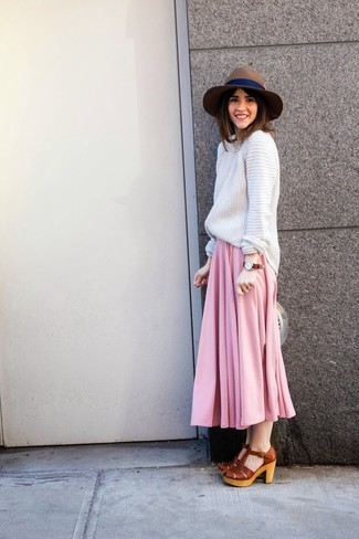 Cómo combinar: jersey oversized de punto blanco, falda larga plisada rosada, sandalias de tacón de cuero gruesas marrónes, sombrero de lana marrón