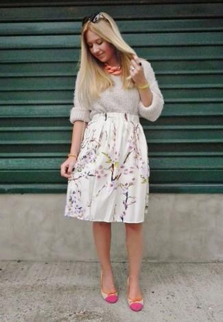 Usa un jersey oversized de punto gris oscuro y una falda midi de flores blanca y te verás como todo un bombón. Bailarinas de cuero rosa son una opción buena para complementar tu atuendo.