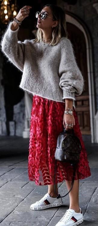 Cómo combinar: jersey oversized de mohair gris, falda midi de tul con print de flores roja, tenis de cuero con adornos blancos, mochila de cuero estampada en marrón oscuro