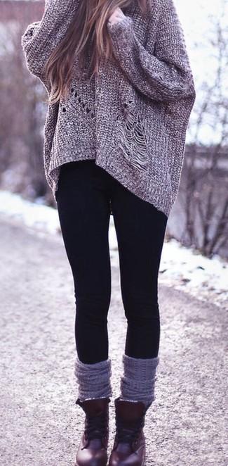 Un jersey oversized de punto gris oscuro y unos leggings negros son una opción estupenda para el fin de semana. ¿Por qué no ponerse botas planas con cordones de cuero burdeos a la combinación para dar una sensación más clásica?