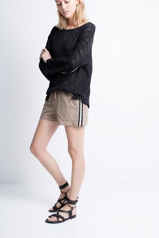 Cómo combinar: jersey oversized negro, pantalones cortos en beige, sandalias romanas de cuero negras