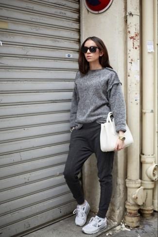 Un jersey oversized gris y un pantalón de chándal gris oscuro son una gran fórmula de vestimenta para tener en tu clóset. ¿Quieres elegir un zapato informal? Haz deportivas grises tu calzado para el día.