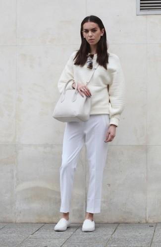Emparejar un jersey oversized blanco y un pantalón de vestir blanco es una opción cómoda para hacer diligencias en la ciudad. Para darle un toque relax a tu outfit utiliza zapatillas slip-on blancas.