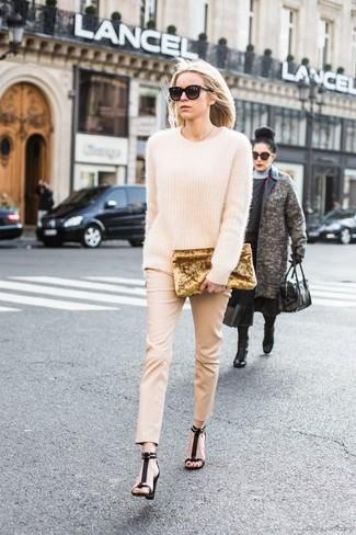 Cómo combinar: jersey oversized de mohair en beige, pantalones pitillo en beige, sandalias de tacón de ante negras, cartera sobre de terciopelo dorada