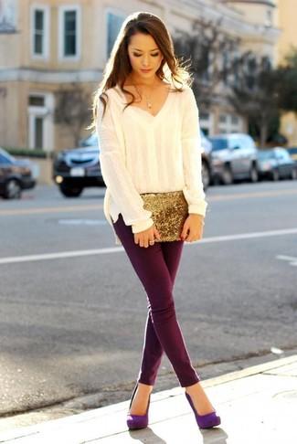 Mantén tu atuendo relajado con un jersey oversized beige y un colgante dorado. Con el calzado, sé más clásico y complementa tu atuendo con zapatos de tacón de ante violeta.