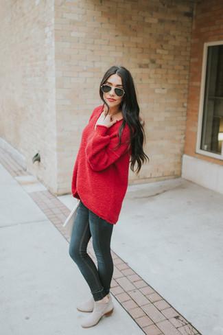 Si eres el tipo de chica de jeans y camiseta, te va a gustar la combinación de un jersey oversized rojo y unos vaqueros pitillo negros. Completa el look con botines chelsea de ante grises.