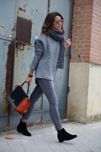 Este combinación de un jersey oversized de punto gris y una bufanda de punto gris de Fendi te da una onda muy informal y accesible. Elige un par de botines chelsea de ante negros para destacar tu lado más sensual.