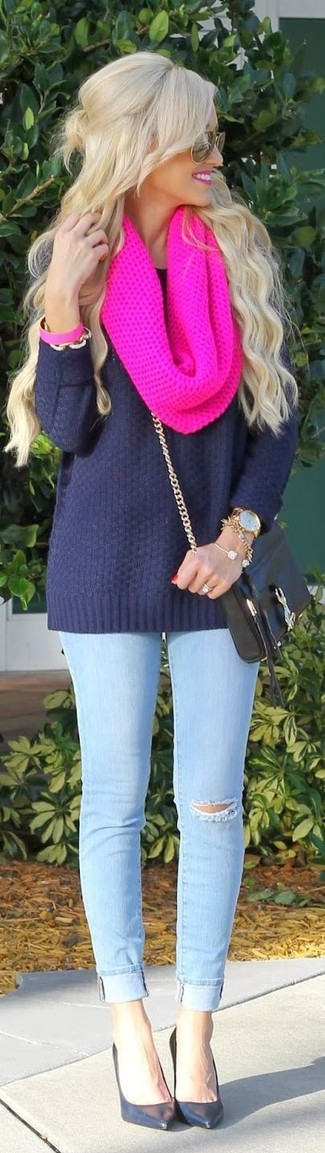 Un jersey oversized azul marino y unas gafas de sol naranjas son una gran fórmula de vestimenta para tener en tu clóset. ¿Por qué no ponerse zapatos de tacón de cuero negros a la combinación para dar una sensación más clásica?