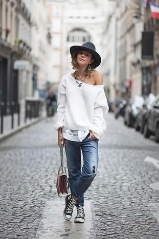 Cómo combinar: jersey oversized blanco, vaqueros desgastados azules, zapatillas altas de lona en negro y blanco, bolso bandolera de cuero en multicolor