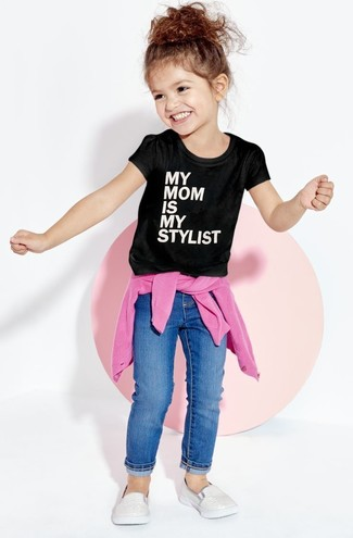 Cómo combinar: jersey rosa, camiseta estampada en negro y blanco, vaqueros azules, zapatillas plateadas