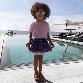 Cómo combinar: jersey rosado, falda azul marino, sandalias marrón claro, gafas de sol doradas