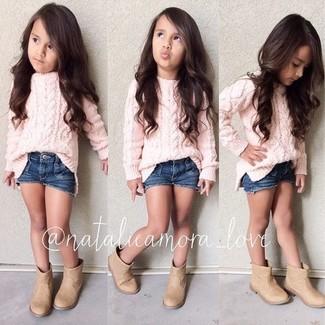 Cómo combinar: jersey rosado, pantalones cortos vaqueros azul marino, botas marrón claro