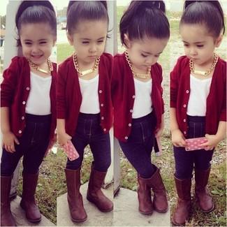 Cómo combinar: botas marrónes, leggings azul marino, camiseta blanca, cárdigan rojo