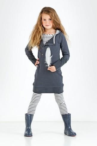 Cómo combinar: botas de lluvia en gris oscuro, leggings de rayas horizontales blancos, camiseta de rayas horizontales blanca, vestido de algodón en gris oscuro