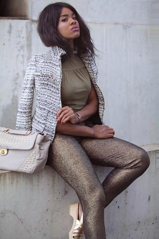 Cómo combinar: sandalias planas de cuero doradas, leggings dorados, blusa sin mangas verde oliva, chaqueta de tweed gris