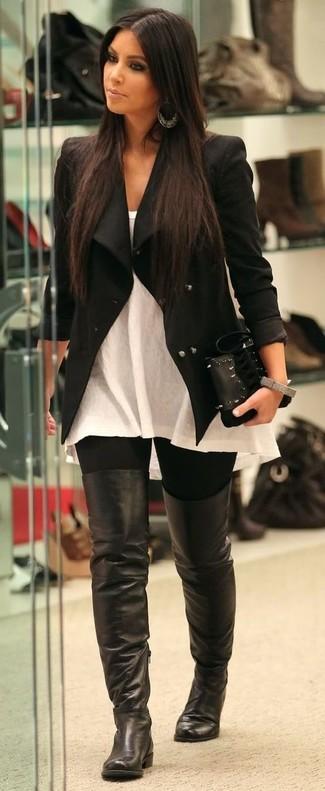 Combinar una chaqueta motera negra: Opta por una chaqueta motera negra y unos leggings negros transmitirán una vibra libre y relajada. Opta por un par de botas sobre la rodilla de cuero negras para destacar tu lado más sensual.