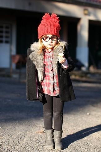 Cómo combinar: botas grises, leggings negros, camisa de vestir de tartán roja, abrigo negro