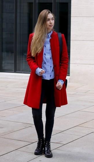 Cómo combinar: botas planas con cordones de cuero negras, leggings negros, camisa de vestir de rayas verticales celeste, abrigo rojo