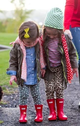 Cómo combinar: botas de lluvia rojas, leggings blancos, camisa de vestir vaquera azul, chaqueta marrón