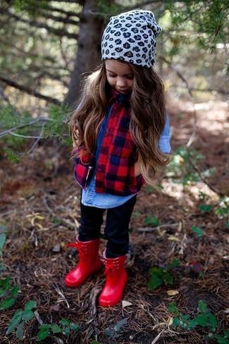 Cómo combinar: botas de lluvia rojas, leggings negros, camisa de vestir vaquera azul, chaqueta sin mangas roja