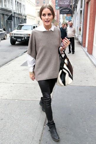 Cómo combinar: botines de cuero negros, leggings de cuero negros, camisa de vestir blanca, poncho gris