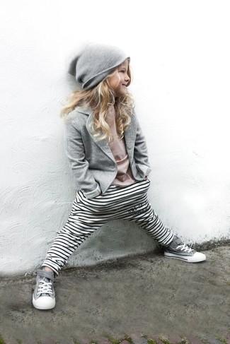 Cómo combinar: zapatillas grises, leggings de rayas horizontales blancos, camiseta rosada, blazer gris