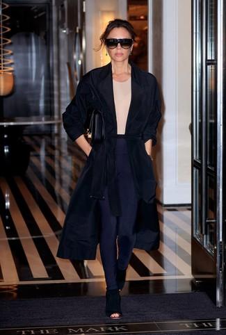 Cómo combinar: botines de ante con recorte negros, leggings azul marino, camiseta con cuello circular en beige, abrigo duster negro