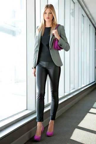 Cómo combinar: zapatos de tacón de ante morado, leggings de cuero negros, camiseta con cuello circular negra, blazer de tartán gris