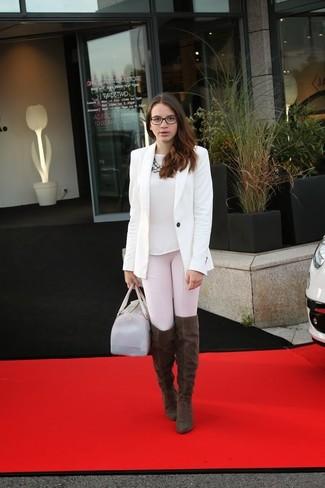 Cómo combinar: botas sobre la rodilla de ante en marrón oscuro, leggings rosados, camiseta con cuello circular blanca, blazer blanco