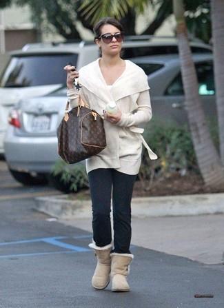 Cómo combinar: botas ugg en beige, leggings en gris oscuro, camiseta con cuello circular blanca, cárdigan abierto blanco