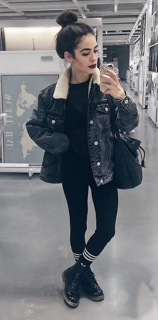 Combinar unos leggings negros: Intenta combinar una chaqueta vaquera negra junto a unos leggings negros para un look agradable de fin de semana. Elige un par de botas planas con cordones de cuero negras para destacar tu lado más sensual.