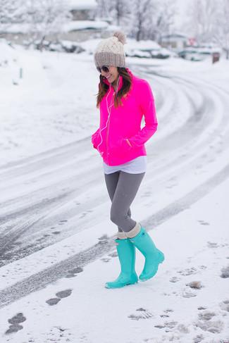 Cómo combinar: botas de lluvia en turquesa, leggings grises, camiseta con cuello circular blanca, jersey con cremallera rosa