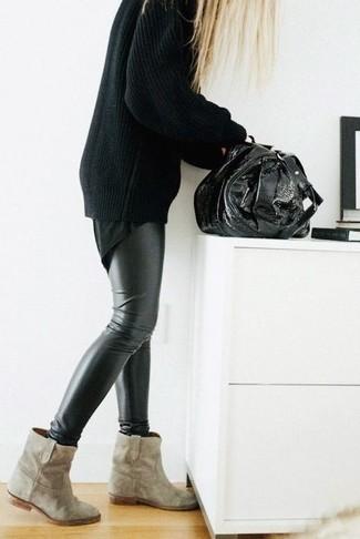 Cómo combinar: botines de ante en beige, leggings de cuero negros, camiseta con cuello circular negra, jersey oversized negro