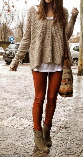 Cómo combinar: botines de ante marrónes, leggings en tabaco, camiseta con cuello circular blanca, jersey oversized de punto marrón claro