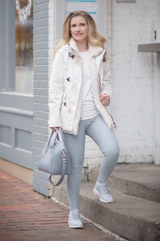 Cómo combinar: deportivas grises, leggings grises, camiseta con cuello circular blanca, trenca blanca