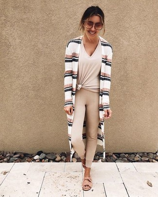 Cómo combinar: sandalias planas de ante rosadas, leggings en beige, camiseta con cuello en v en beige, cárdigan abierto de rayas horizontales blanco