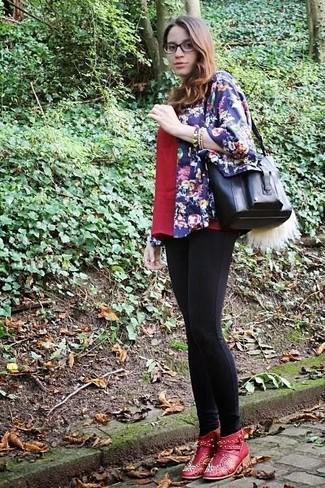 Cómo combinar: botines de cuero con adornos rojos, leggings negros, camiseta con cuello en v roja, quimono con print de flores azul marino