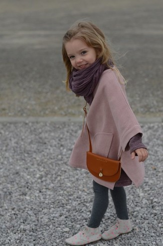 Cómo combinar: botas safari grises, leggings grises, camiseta de manga larga morado oscuro, abrigo rosado