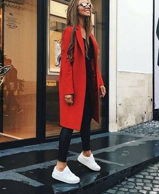 Cómo combinar: tenis de cuero blancos, leggings de cuero negros, camiseta de manga larga negra, abrigo rojo