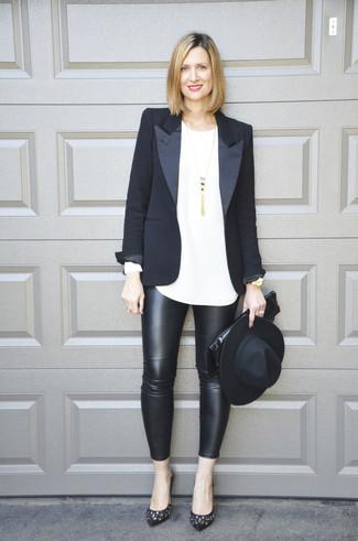 Cómo combinar: zapatos de tacón de cuero con adornos negros, leggings de cuero negros, camiseta de manga larga blanca, blazer negro