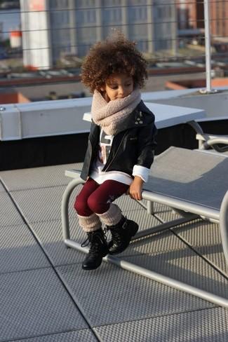 Cómo combinar: botas negras, leggings burdeos, camiseta de manga larga blanca, chaqueta de cuero negra