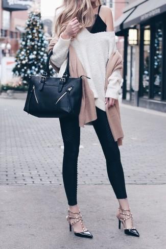 Cómo combinar: zapatos de tacón de cuero con tachuelas negros, leggings negros, camiseta sin manga de encaje negra, jersey oversized en beige