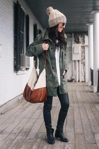 Combinar una parka verde oscuro: Emparejar una parka verde oscuro con unos leggings de cuero negros es una opción grandiosa para el fin de semana. Botines de cuero negros son una opción inmejorable para completar este atuendo.