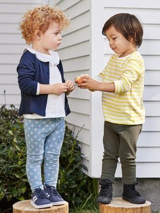Cómo combinar: zapatillas azul marino, leggings celestes, blusa de manga larga blanca, cárdigan azul marino
