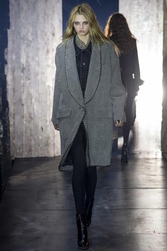 Cómo combinar: botines de cuero negros, leggings negros, chaqueta vaquera negra, abrigo de tartán gris