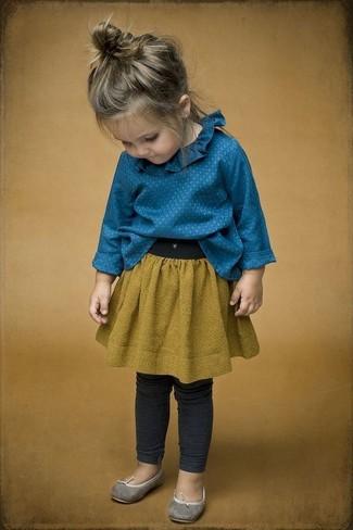 Cómo combinar: bailarinas grises, leggings en gris oscuro, falda mostaza, camisa de vestir azul